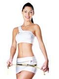 Femme en bonne santé de sourire après avoir suivi un régime la hanche de mesures Images stock
