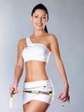Femme en bonne santé de sourire après avoir suivi un régime le gratte-cul de mesures photo stock