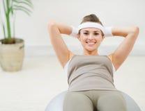 Femme en bonne santé effectuant le craquement abdominal sur la bille Photographie stock libre de droits