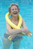 Femme en bonne santé et plus âgée s'exerçant dans la piscine Images stock