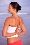 Femme en bonne santé faisant des exercices Image stock