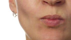 Femme en bonne santé mangeant une pomme sur un fond blanc Lèvres en gros plan Nourriture saine et concept suivant un régime 4K banque de vidéos