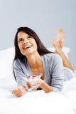 Femme en bonne santé de yaourt Photos stock
