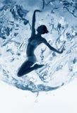 Femme en bonne santé à l'intérieur de sphère de l'eau bleue Photos stock
