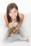 Femme en bonne santé mangeant de la salade Photos libres de droits