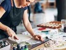 Femme en céramique d'illustration de lieu de travail de studio de travail d'artiste image stock