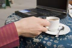 Femme en café image libre de droits