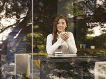 Femme en café Photos stock