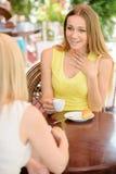 Femme en café Photo stock