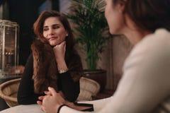 Femme en café avec un ami féminin Images libres de droits