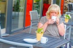 Femme en café de rue Photographie stock