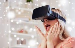 Femme en casque de réalité virtuelle ou verres 3d Photo libre de droits