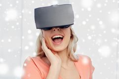 Femme en casque de réalité virtuelle ou verres 3d Photos stock