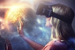 Femme en casque de réalité virtuelle ou verres 3d Photographie stock libre de droits
