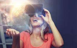 Femme en casque de réalité virtuelle ou verres 3d Photo stock