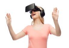 Femme en casque de réalité virtuelle ou verres 3d Photographie stock