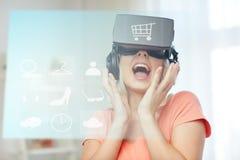 Femme en casque de réalité virtuelle ou verres 3d Photos libres de droits