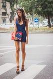 Femme en dehors des défilés de mode d'Armani construisant pour la semaine 2014 de la mode de Milan Women Photo libre de droits