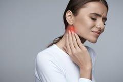 Femme en douleur Beau mal de dents de sentiment de fille, mâchoire, douleur cervicale photos stock