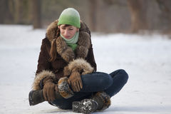 Femme en douleur sur la route Photographie stock