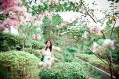 Femme en fleurs Photographie stock libre de droits