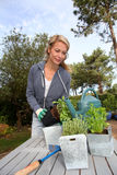 Femme en fleurs de arrosage de jardin photographie stock
