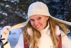 Femme en forêt de l'hiver. Photographie stock