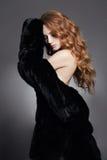 Femme en fourrure Cheveux bouclés sains Photographie stock