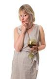 Femme en glace de vin de fixation de pensée photographie stock