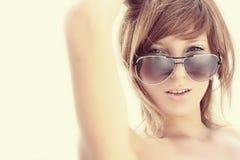 Femme en glaces de soleil.    Image libre de droits
