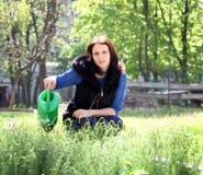 Femme en herbes de jardinage des eaux Photos stock