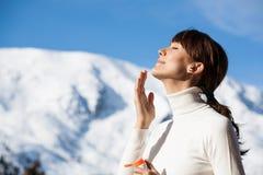 Femme en hiver appliquant la crème protectrice photo libre de droits