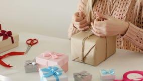 Femme en ligne de la livraison de magasin d'affaires d'emballage cadeau banque de vidéos