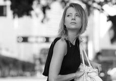 Femme en noir et blanc photo stock