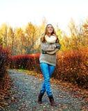 Femme en parc Photos libres de droits