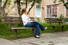 Femme en parc avec son ordinateur Image libre de droits