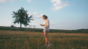 Femme en parc d'été utilisant le téléphone portable Tir créatif authentique banque de vidéos