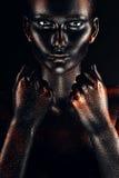 Femme en peinture noire avec des poings photos libres de droits