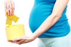 Femme en pharmaceutiques médicales de lancement enceintes, concept de réduction utilisant des pilules et comprimés de grossesse images libres de droits
