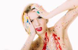 Femme en portrait de peinture avec les lèvres rouges faisant le visage de regret photographie stock libre de droits