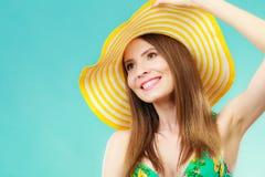 Femme en portrait jaune de chapeau et de bikini Photo libre de droits