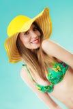 Femme en portrait jaune de chapeau et de bikini Photographie stock libre de droits