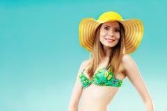 Femme en portrait jaune de chapeau et de bikini Photo stock