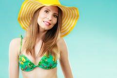 Femme en portrait jaune de chapeau et de bikini Photos libres de droits