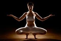 Femme en position de yoga Photo stock