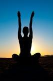 Femme en position de yoga Images libres de droits