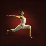 Femme en position de yoga Sakumi image stock