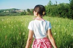 Femme en pré d'été Image stock