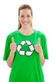 Femme en réutilisant le T-shirt de symbole faisant des gestes des pouces  Photo stock