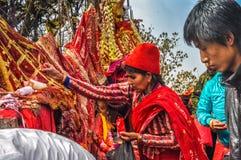 Femme en rouge au Népal Photos libres de droits